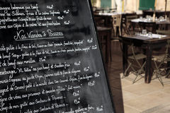 有菜单的巴黎餐馆 免版税库存照片