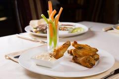 有菜和垂度的鸡翼 免版税图库摄影