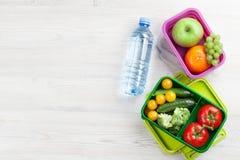 有菜和果子的午餐盒 免版税图库摄影