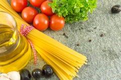 有菜和橄榄色的oild的未煮过的意粉 免版税图库摄影