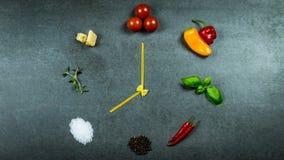 有菜和调味料的面团时钟 库存图片