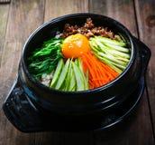 有菜和eeg韩国样式的被蒸的米罐 免版税库存照片