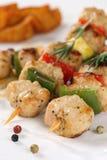 有菜和potat的烤鸡或火鸡肉串 库存图片
