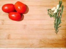 有菜的一块砧板 库存图片
