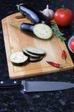 有菜的刀子在切板 库存图片