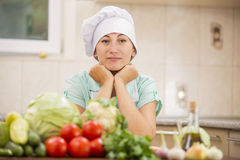有菜的厨师 库存图片