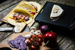 有菜的墨西哥玉米粉薄烙饼套 库存照片