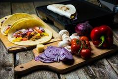 有菜的墨西哥玉米粉薄烙饼套 免版税图库摄影