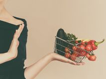 有菜的妇女,中止姿态 免版税库存照片