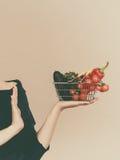 有菜的妇女,中止姿态 图库摄影
