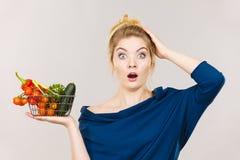 有菜的妇女,震惊面孔表示 免版税库存照片