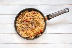 有菜的意粉:蘑菇,玉米,红色甜椒 在 免版税库存图片