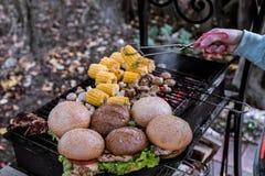 有菜的汉堡乳房在与ha的热的木炭格栅 免版税库存照片