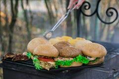 有菜的汉堡乳房在与ha的热的木炭格栅 图库摄影