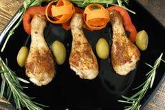 有菜的炸鸡腿在板材 库存图片