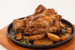 有菜的烤猪肉腿指关节 库存图片