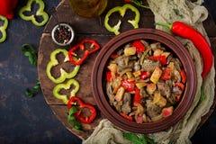 有菜的烤鸡肝脏在木背景 免版税库存照片