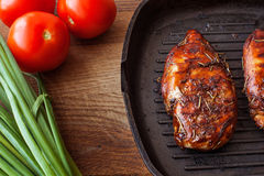 有菜的鸡胸脯在平底锅 免版税库存图片