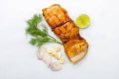 有菜的,葱,在上面的大蒜油煎的用卤汁泡的鱼片 免版税库存图片