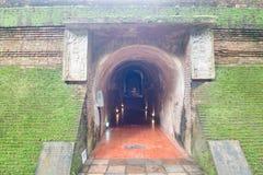 有菩萨雕象的古老隧道在泰国 免版税库存照片