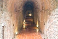有菩萨雕象的古老隧道在Chiangmai,泰国 库存图片