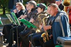 有萨克斯管和单簧管的音乐家 图库摄影