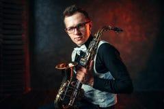 有萨克斯管的男性萨克斯管吹奏者,有萨克斯管的爵士乐人 库存图片