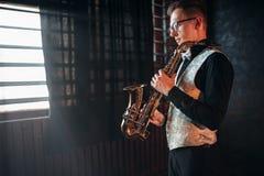 有萨克斯管的男性萨克斯管吹奏者,有萨克斯管的爵士乐人 免版税库存照片