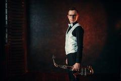 有萨克斯管的男性萨克斯管吹奏者,有萨克斯管的爵士乐人 图库摄影