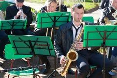 有萨克斯管的音乐家 免版税库存图片