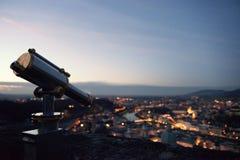 有萨尔茨堡、奥地利和望远镜夜全景的观察台在前景 库存图片