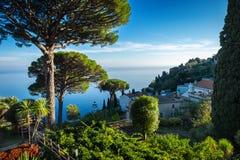 有萨莱诺海湾的阿马尔菲海岸从别墅Rufolo庭院的在拉韦洛,意大利 免版税库存图片