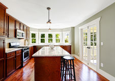 有落地窗和海岛的宽敞厨房室 图库摄影