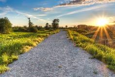 有落日星的石渣道路 库存图片