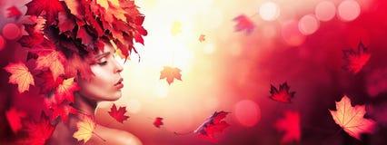 有落的叶子的秋天美丽的妇女在自然Backgroun 免版税图库摄影