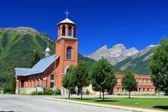 有落矶山脉全景的圣洁家庭教会Fernie的,不列颠哥伦比亚省 库存图片