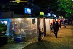 有著名亚泰队食物摊位的Kokutai路在福冈 免版税库存图片
