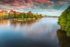 有著名布拉格市的,捷克,欧洲美好的春天全景 库存图片