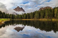 有著名Tre Cime di Lavaredo (Drei Zinnen) moun的Antorno湖 库存图片