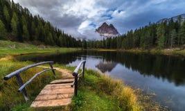 有著名Tre Cime di Lavaredo (Drei Zinnen) moun的Antorno湖 免版税图库摄影