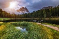 有著名Tre Cime di Lavaredo (Drei Zinnen) moun的Antorno湖 免版税库存照片