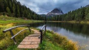 有著名Tre Cime di Lavaredo Drei Zinnen moun的Antorno湖 库存图片