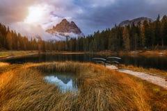 有著名Tre Cime di Lavaredo Drei Zinnen moun的Antorno湖 免版税库存照片