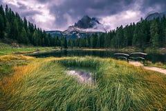 有著名Tre Cime di Lavaredo Drei Zinnen moun的Antorno湖 库存照片