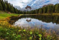 有著名Tre Cime di Lavaredo (Drei Zinnen) moun的Antorno湖 免版税库存图片