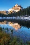 有著名Tre Cime di Lavaredo (Drei Zinnen) moun的Antorno湖 库存照片