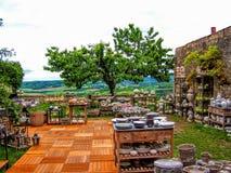 有葡萄园的室外住宅厨房法国和树在背景中 免版税库存图片