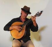 有葡萄牙吉他的葡萄牙吉他弹奏者 免版税库存照片