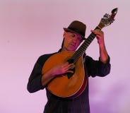 有葡萄牙吉他的葡萄牙吉他弹奏者 图库摄影