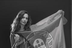 有葡萄牙的旗子的美丽的深色的妇女 库存图片